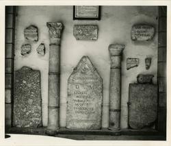 collection archéologique exposée dans le hall de la mairie d'Annecy