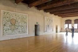 """""""Le Lac"""" et """"Invention"""" tapisseries de Fabrice Hyber dans la grande salle du musée-château"""
