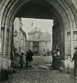 Les enfants des sans logis à la porte d'entrée du château.
