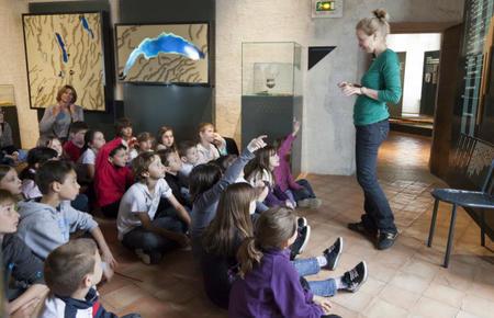 Les outils des hommes du Néolithique, atelier avec CE2/Cm1 de l'école primaire de Sillingy