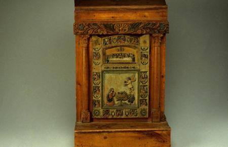 Prie-Dieu et sa porte sculptée représenatant la Cène et les stations du Christ